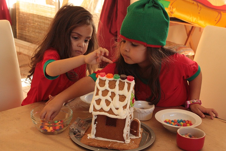 gingerbreadhousedecorate